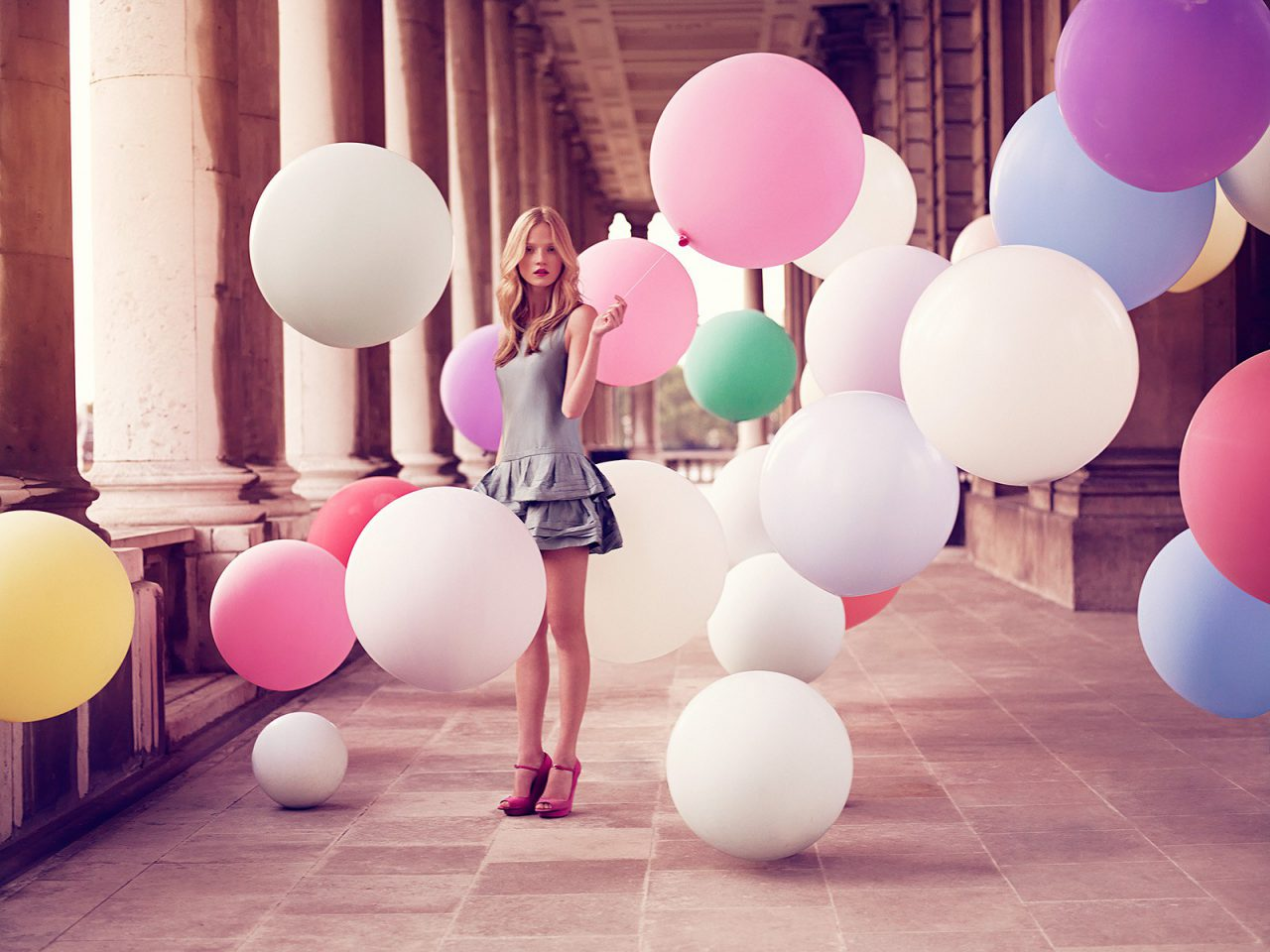 для того девушка с игрушками шары удовольствие своего творчества